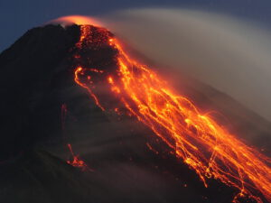 Glowing debris avalanches came off the lava flow. © Marc Szeglat